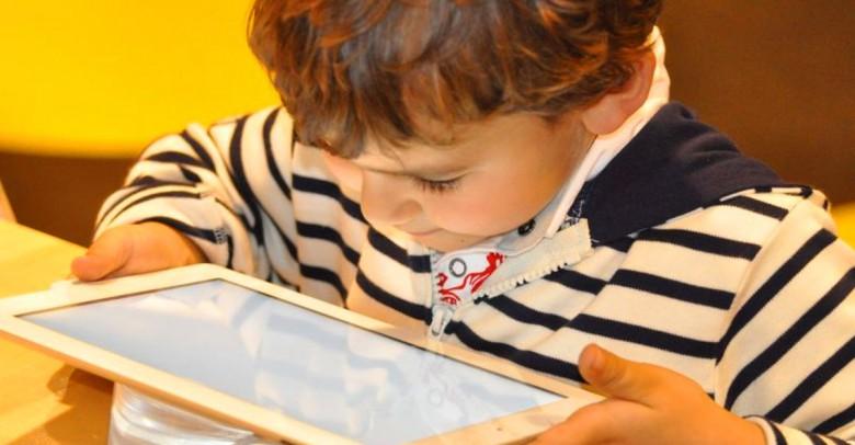 Los efectos que tienen las pantallas en los ojos de los niños