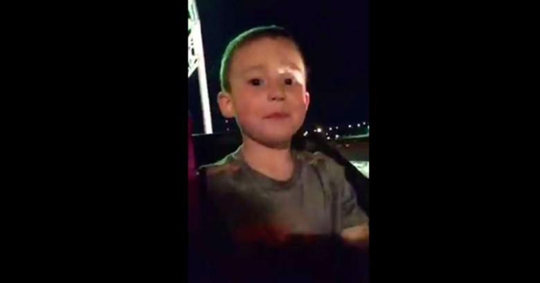 Indignante video donde se ve que este niño estuvo a punto de caer de la montaña rusa