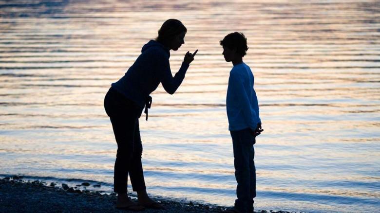 Un extraño regañó a uno de sus hijos. Esto es lo que hizo la madre...