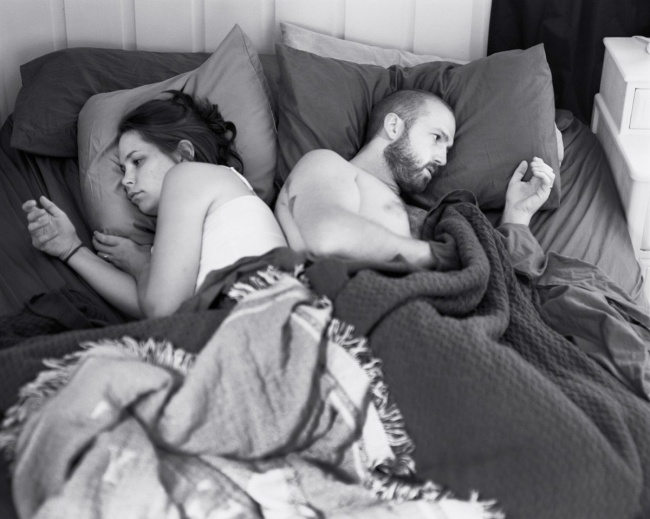 495155-R3L8T8D-650-pickersgill-and-his-wife-often-lie-in-bed-focused-on-their-devices-for-the-photo-series-removed-he-removed-their-phones-to-show-just-how-weird-that-can-be (1)