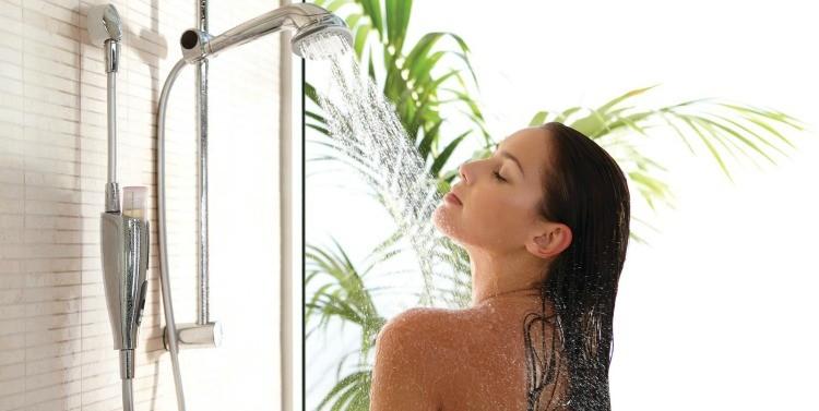 mujer-duchándose
